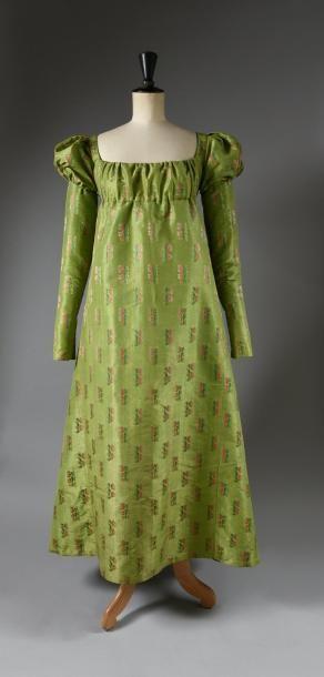 Robe époque Empire, robe taille haute à décolleté coulissé en taffetas vert pomme broché soie polychrome de rameaux fleuris, fin du XVIIIe siècle. Doubles manches (amovibles à l'origine ?) bouffantes… - Coutau-Bégarie - 21/04/2017