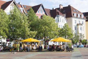 """Aussengastronomie / Biergarten """"Der Koch"""" mit einer alten Straßenbahn auf dem Siegfriedplatz in Bielefeld / Foto: Robert B. Fishman, ecomedia, 7.7.2012"""