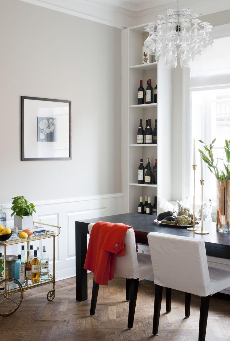 Matbordet är måttbeställt från Snickis och har plats för åtta personer. Stolar från Ikea, kökssoffan är platsbyggd liksom två hyllor på vardera sidan. På bordet mässingsljusstakar från Skultuna. Lampa från Designtorget. Barvagnen är köpt på Blocket.