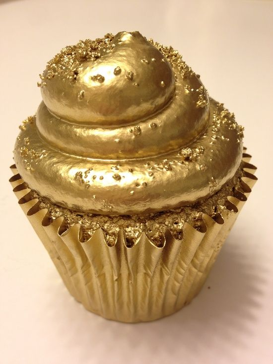 Gold Cupcake: Apparently every girls dream. Now go get your golden #JUICIES+ to match that! #GoldRush at http://juici.es/gold