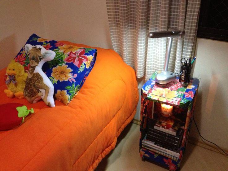 Oii gente! Fazia uma tempo que estava precisando de um criado mudo para colocar do lado da minha cama. Mas não achei nada interessante com um bom preço, por isso revolvi fazer o meu próprio criado …