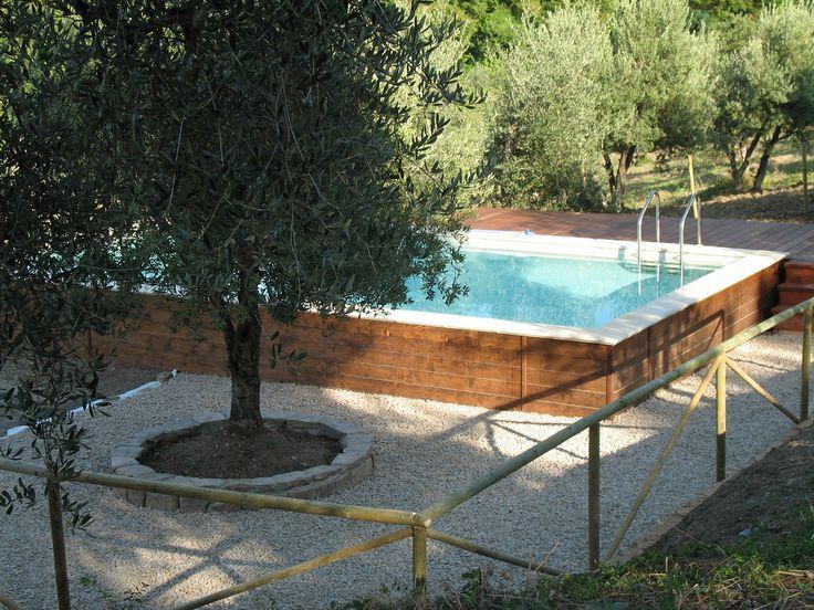 In Toscana, una delle prime realizzazioni Dolcevita Gold con parte terrazzata artificiale in legno. La pannellatura segue lo stesso gusto. Il bordo è un Classic Stone bianco. Il telo di rivestimento è di color beige.
