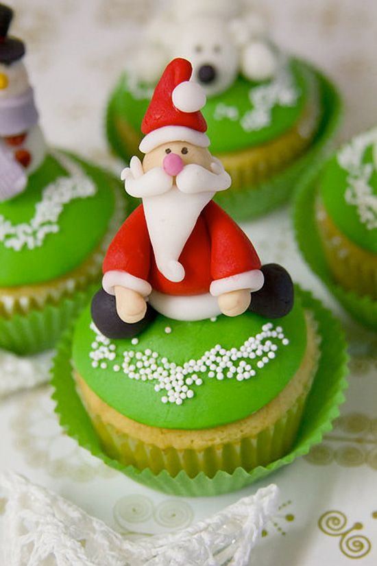 Santa Claus Christmas Cupcake Decoration - Cupcake Daily Blog - Best Cupcake Recipes .. one happy bite at a time!