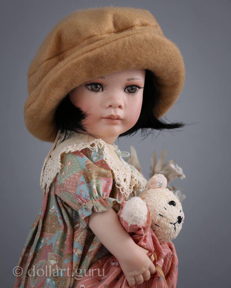 Кукла создана знаменитой талантливой художницей из США в 1996 году в ее собственной студии Linda Steele Originals Dolls & Designs, расположенной в северо-восточной части штата Огайо, в количестве 50 экземпляров. Ввиду большой популярности уже на тот момент кукол автора, тираж был сразу распродан. Выполнена из высочайшего качества фарфора, нежного и гладкого на ощупь, имеет текстильное туловище. При создании фарфоровых кукол Линда Стил добивалась баланса, чтобы они стояли самостоятельно, но…