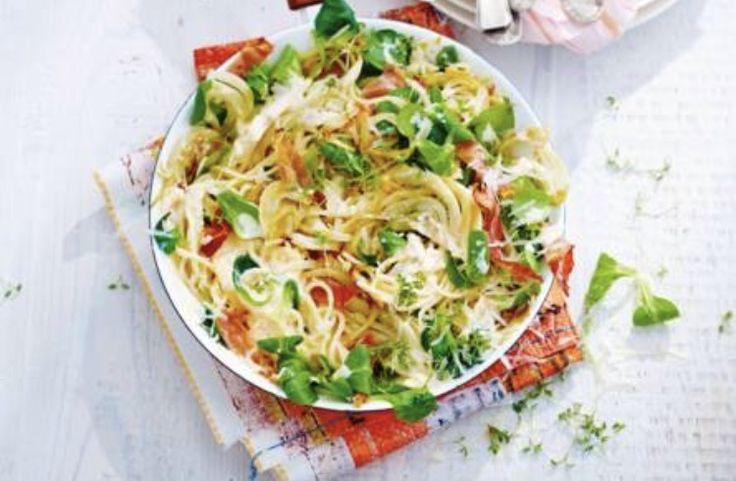 150 g boeren rauwe ham 2 tenen knoflook 75 g Parmezaanse kaas 1 venkelknol 250 g ricotta (verse kaas) 2 eieren 300 g spaghetti 150 g veldsla 1 bakje tuinkers