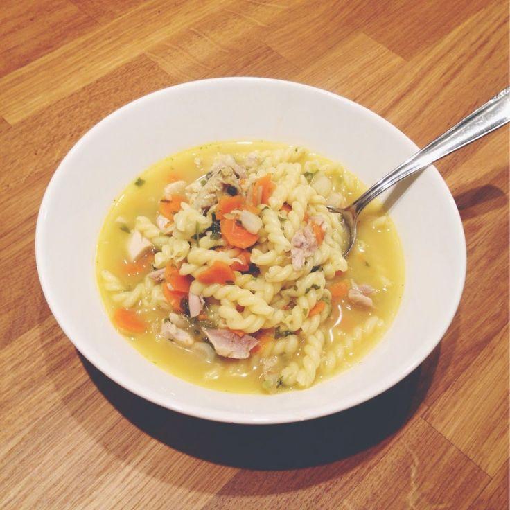 food, foodblogger, fooporn, yum, rezept, hühner suppe, hühner gemüse nudel suppe, suppe, suppe bei erkältung, kraft brühe, essen, yummy,     6 Hähnchenfüße oder 3 Hähnchenschlegel     1 Bund Suppengemüse – Karotten, Sellerie, Petersilienwurzel, Lauch     2 Liter Gemüse- oder Hühnerbrühe     300g Nudeln     Salz     Petersilie, Hähnchenteile kalt abwaschen, trocken tupfen und in einem großen Topf scharf anbraten. Während die Hähnchenteile Farbe bekommen, das Gemüse putzen, schälen und in…