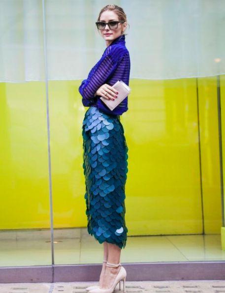 Copia el estilo elegante, chic y sofisticado de este outfit de Olivia Palermo. Una falda de lentejuelas en tonos turquesa, una blusa de seda de cuello alto azul rey y un chongo despeinada. Atrévete a llevar un look monocromático pero divertido.