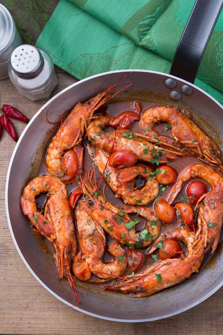 Gamberoni al guazzetto: un succoso sughetto accompagna questo secondo piatto che profuma di mare. [Prawns with tomato sauce]
