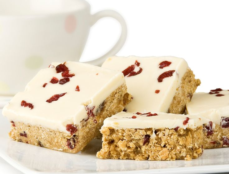 This traybake has it all..its got cranberries, rice bubbles, peanut butter and much more! Topped with yoghurt flavoured chocolate coating and sprinkled with cranberries. Contains Nuts.
