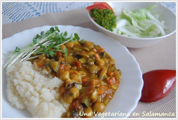 Curry vegetariano con cuscús   ¡Qué mal tiempo hace! Ya no me acuerdo de cuántos días llevamos con este tiempo. Echo de menos el sol y p...