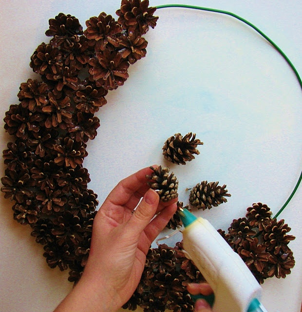 Pine cone wreath diy christmas pinterest pine Homemade christmas decorations using pine cones