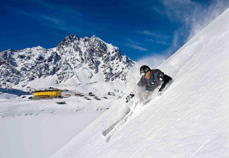 """A beleza da ensolarada Cordilheira dos Andes e a proximidade com o Brasil fazem das estações da América do Sul uma ótima opção para esquiadores de todos os níveis, bem como para férias em família. Tanto a Argentina como o Chile são tradicionais destinos de inverno, com ótima infraestrutura. Conheça os principais centros de esqui...<br /><a class=""""more-link"""" href=""""https://catracalivre.com.br/geral/viagem-acessivel/indicacao/conheca-as-melhores-estacoes-de-esqui-da-america-do-sul/"""">Continue…"""
