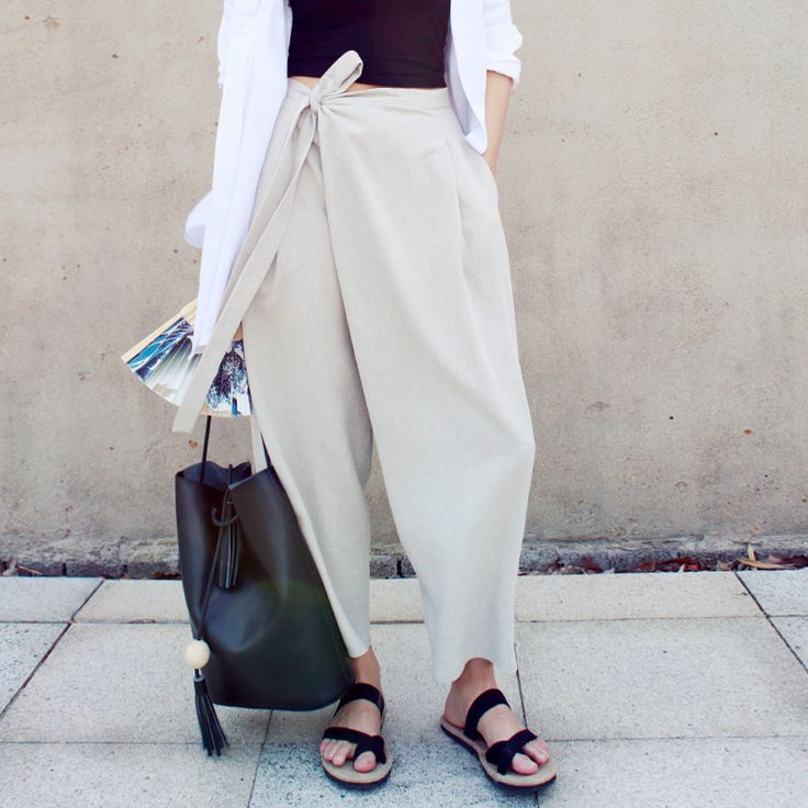 gorgeous sandals and super comfy yet stylish slouchy white pants, paired with a chic leather bag <3