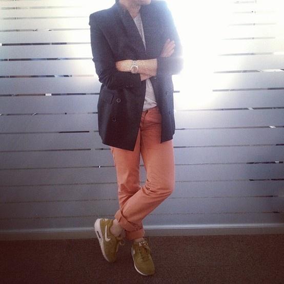 @elleturkiye #ofistebugun blazer ceket ve spor ayakkabı birlikteliği.