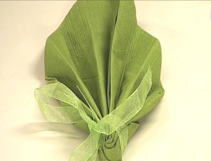 Réalisez ce pliage de serviette en forme de feuille pour décorer votre table.