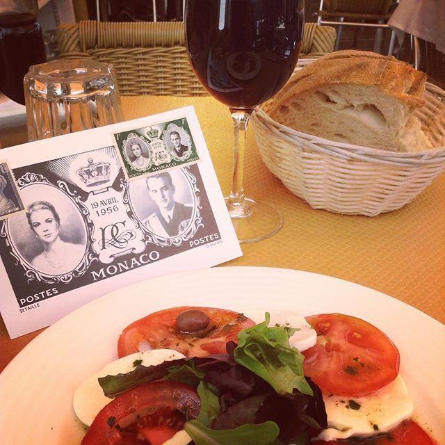 "#Rocher Монте-Карло - это холмы, яхты, дорогие машины, казино и конечно же принцесса Грейс, имя которой здесь произносят а ля франсез - ""Грас"". #mafrance #ma_france_ma_terre_promise #monaco #montecarlo #dejeuner #monegasque #princessegrace #монако #монтекарло #отпуск #voyage by e_lisabell_e from #Montecarlo #Monaco"