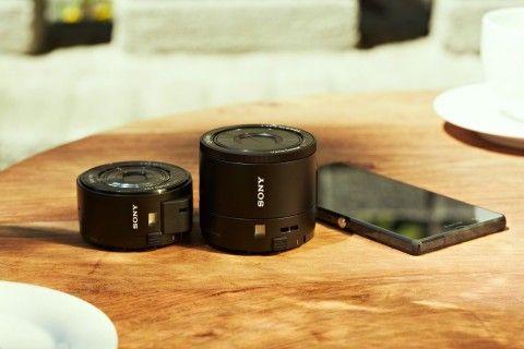Теперь можно делать отличные фотографии и снимать HD-видео с помощью телефона, а также выкладывать их в сеть, при этом их качество будет соперничать с качеством отдельного устройства премиум-класса. Cyber-shot DSC-QX100 и DSC-QX10 - это идеальное решение для всех, кому нравятся снимать на смартфоны, но при этом требуется высокое качество, которого можно добиться только с помощью фотоаппарата. Новинки внешне выглядят как объективы, однако представляют собой полноценные фотоаппараты.