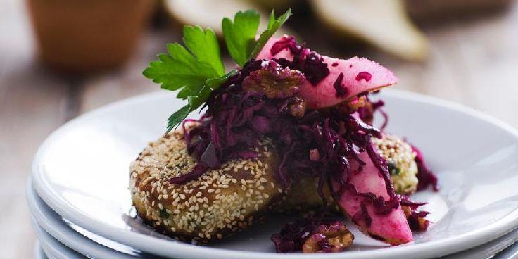 Urtekrydrede potetbiffer med rødkålsalat - Dette er den perfekte retten hvis du har kokt for mye poteter. Eller kok noen ekstra av og til, for dette smaker godt!