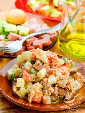 L'Insalata russa di tonno è un piatto facile e veloce da preparare: una versione estiva senza maionese e condita con una crema di yogurt e avocado.