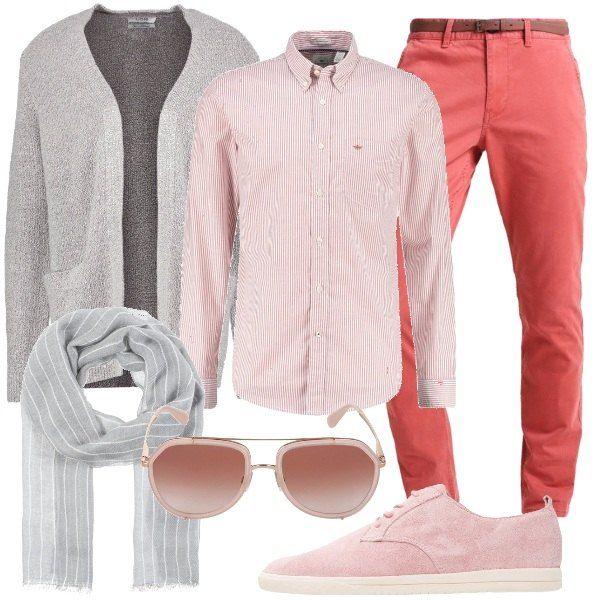 Outfit dedicato ad un uomo che vuole distinguersi e piacersi. Un paio di pantaloni modello chino, rossi, in cotone, una camicia a righe, in cotone, un cardigan grigio, senza bottoni, delle stringate rosa, in pelle e tessuto, ad effetto scamosciato, foulard grigio a righe, in lana e cotone e occhiali da sole a forma a goccia.