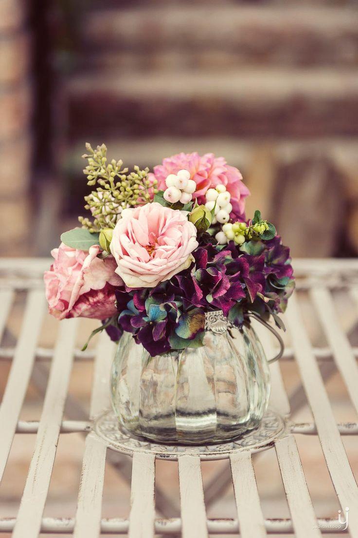 Glasvase mit Blumenstrauß in Bordeaux und Rosa mit Dahlien, Hortensien und Rosen bei www.weddingstyle.de | Foto: Judith Stoop