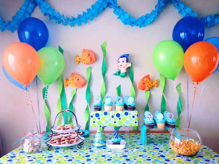 Bubble guppies pinterest inspired table backdrop idea crepe paper seaweed gil ordered on - Bubble guppies center pieces ...