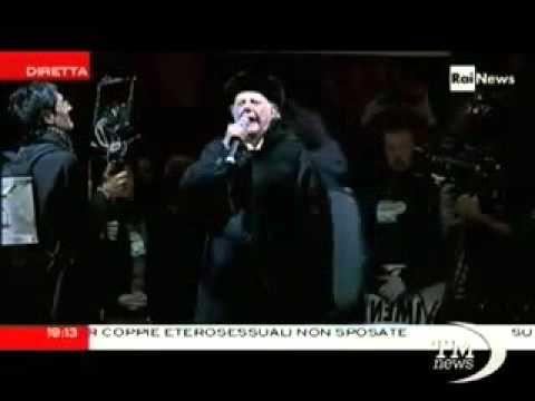 Milano, Dario Fo sul palco con Grillo in Piazza Duomo   Vide