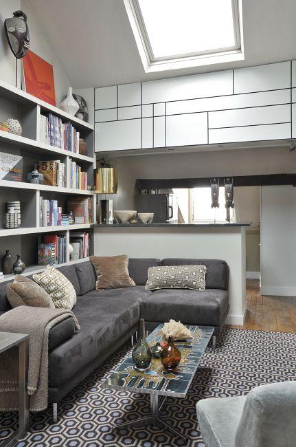 СИСТЕМЫ ХРАНЕНИЯ: Встроенные шкафы – спасениедля маленьких квартир. Дверцы гардероба вспальне икухонных шкафчиков подчеркнуто простые. Открытый книжный стеллаж тоже минималистичный.