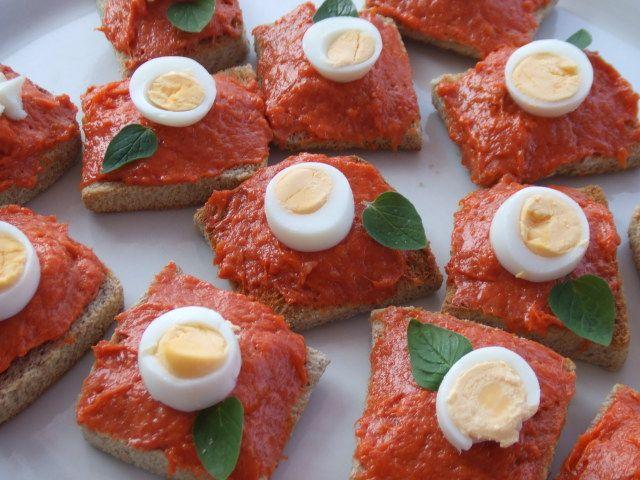 Canap s de sobrasada con huevo de codorniz y or gano for Canape menu ideas