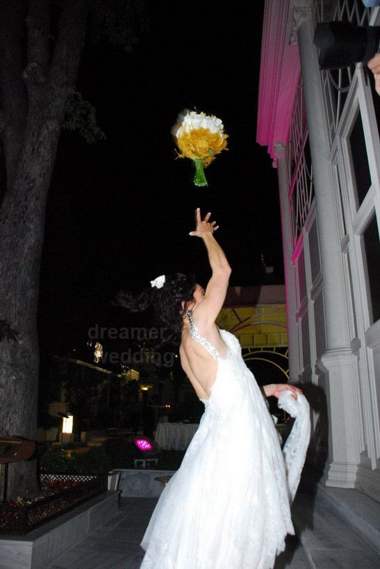 All the single ladiesssss!! bouquet dance show...