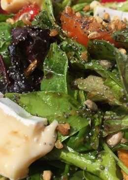 Ensalada de verdes, semillas, tomate, queso brie y croutons