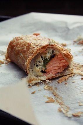 鮭&クリームチーズパイ|レシピブログ  ★材料  鮭 2切れ クリームチーズ 100g ブロッコリー 5個 冷凍パイ生地 1枚 ★作り方  1. 鮭に塩こしょうをして30分置く。 伸ばしたパイ生地に鮭を乗せる。 オーブンを180度に余熱。 2. ブロッコリーはレンジでチンして細かく刻む。 柔らかくしたクリームチーズをボウルに入れ、刻んだブロッコリーを入れてよく混ぜる。 3. ボウルの中身を鮭の上に乗せて、パイ生地で包む。 閉じるときはフォークで押し付けて。 4. 180度で20分。 ★ワンポイントアドバイス  どんな野菜でもいいのです。小さくしてチーズに混ぜると、パイ生地好きな子供たちはパクッと食べちゃいます。