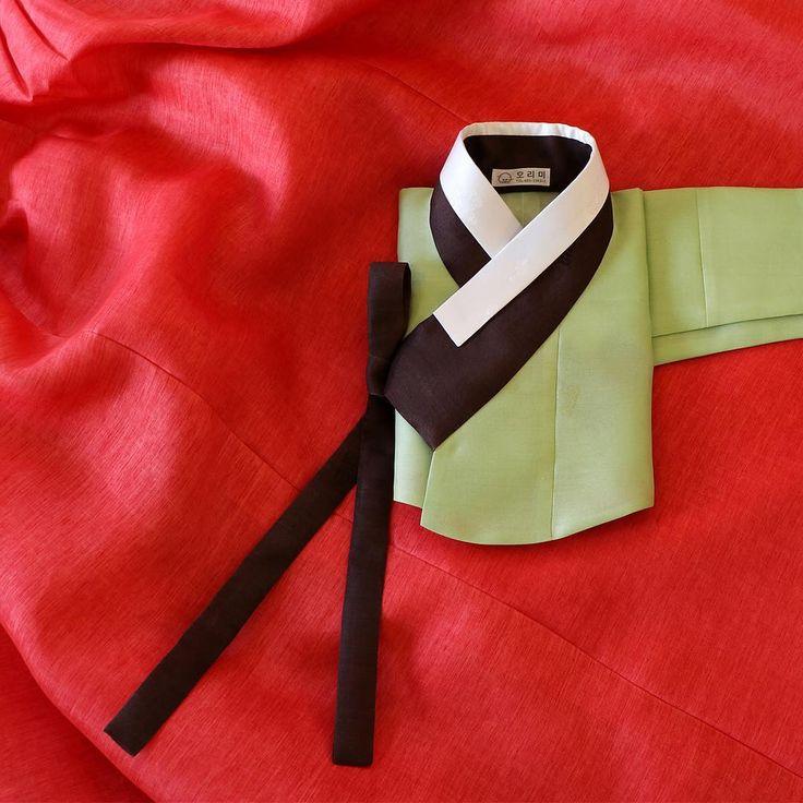 """전통적인 신부 녹의홍상의 배색으로 만든 오리미의 신부한복입니다. 연두 저고리에 빨강 치마라는 뜻 그대로 만들어졌지만, 저고리와 치마의 질감을 신중하게 고려하여 전통적인 옛…"""""""