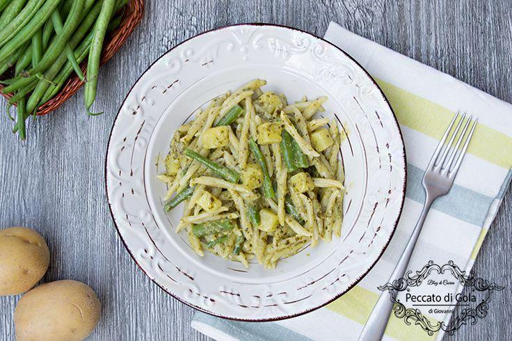 La ricetta delle trofie al pesto con patate e fagiolini è un piatto ricco e saporito appartenente alla tradizione ligure: un primo semplice e verace!