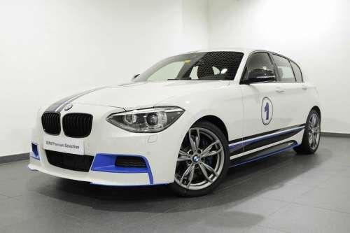 BMW Абу-Даби выпустила специальную серию M135i. Дилерский центр BMW Abu Dhabi Motors представил очередную специальную модификацию «заряженного» хэчтбека M135i. На этот раз автомобиль получил черно-синие акценты на бортах, синие вставки воздухозаборников в переднем бампере, а
