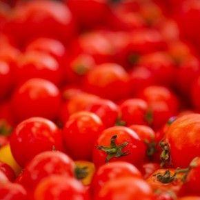 Испания – фиеста, паэлья, вино и помидоры.