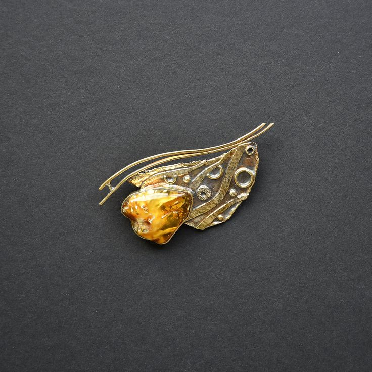 SIZE: 7 x 3,5 cm DESCRIPTION: Amber drops are washed ashore by the sea waves, thus the piece is inspired by the waves.