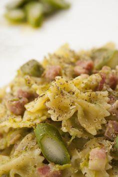 Farfalle con pancetta affumicata e asparagi! Scopri tutte le ricette con salumi su paneprosciutto.it: facili, veloci e gustose!