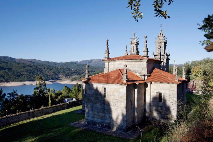 A igrexa de San Salvador de Manín, coñecida popularmente como igrexa de Aceredo, conta cunha rica historia chea de vicisitudes e anécdotas. Trasladada de lugar, pedra a pedra, en dúas ocasións (1.769 e 1.992), o templo construíuse orixinalmente en Manín. Posteriormente, foi trasladado no s.XVIII os terreos hoxe anegados polo encoro de Lindoso. O seu valor arquitectónico salvou unha vez máis a igrexa, que foi novamente traslada para evitar a súa inundación as inmediacións dos lugares de…