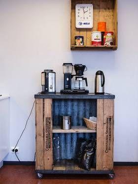 KAFFETID: Selv om mye er gammelt, er det samtidig veldig praktisk laget. Legg merke til hjulene på kaffehyllen.
