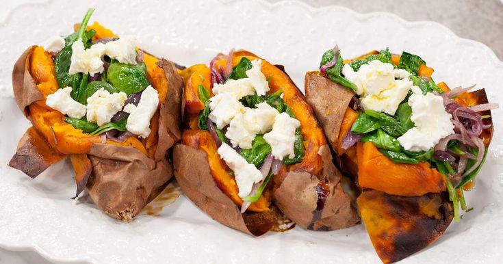 Ugnsbakad sötpotatis fylld med fräst spenat- och lökhack samt getost.