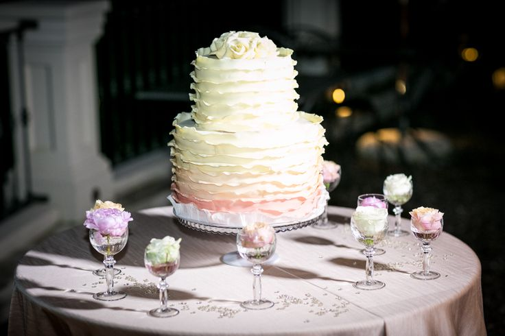 Свадебный торт с оборками нежного кремового цвета и плавным розовым переходом/Wedding cake with ruffles, delicate cream color with gentle rose color gradation