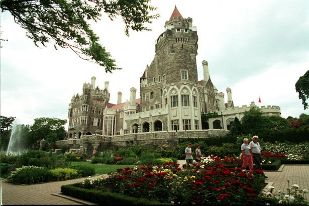 This article gives to top ten places to propose in Toronto: Casa Loma, Nathan Phillip's, Distillery District and many more