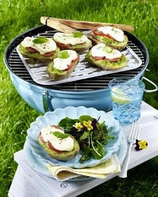 Gefüllte Kartoffeln mit Kräuterbutter, Tomate und Mozzarella vom Grill zu Salat mit Pestodressing