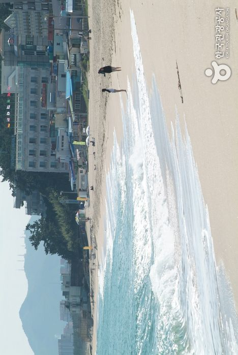 Gangneung Gyeongpo Beach (강릉 경포해변),  Gangwondo's Korea100 Category : Nature, Natural Attractions, Tour Information :  Located 1 km away from Gyeongpodae, Gyeongpo Beach is a sand bank formed between Gyeongpo Lake and the ocean. This beautiful beach extends to a length..