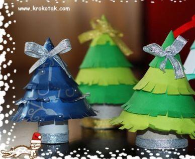 Поделки новогодние елочки можно делать с детьми из туалетного рулона и цветной или оберточной бумаги.