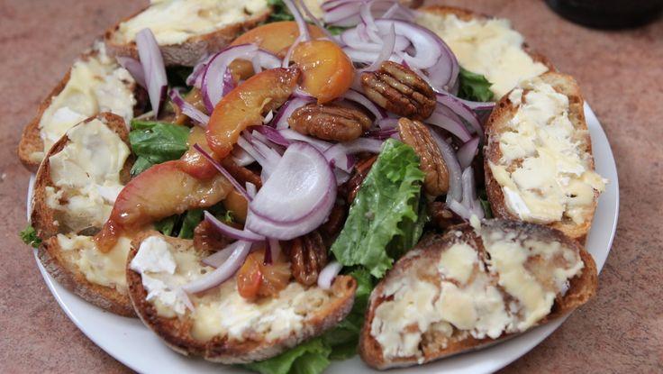 Fersken- og nøttesalat og brød med geitost - Pekannøtter, fersken og romanosalat pyntes med rødløk og serveres med lokal geitost på ristet brød. - Foto: Fra TV-serien Anne lager mat i New York / DR