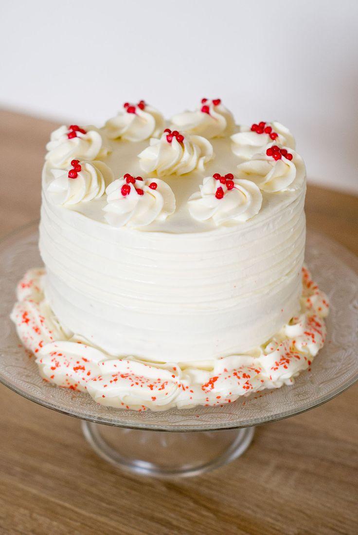 Un «layer cake» tiens, ça faisait longtemps! Je profite de mon temps libre pour élaborer les recettes que je n'ai pas le temps de réaliser habituellement, et ce «Red Velvet» en fait parti! Alors, le «Red Velvet»c'est quoi ? Un gâteau d'origine américaine, à la couleur rouge (rouge clair ou rouge-brun selon les recettes), souvent présenté sous forme de layer cake (gâteau composé de plusieurs couches, comme le mien) ou de cupcakes. On retrouve dans sa composition un peu de cacao, dont…