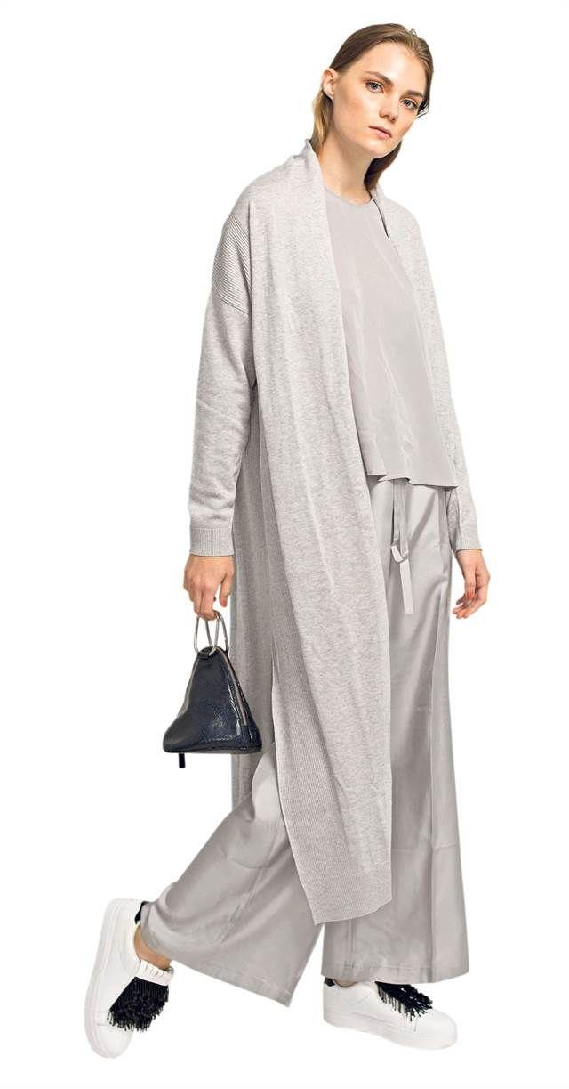 Pantalón pijama. Musculosa de seda con lazo, pantalón pijama de seda y cárdigan de algodón (Etiqueta Negra, $ 3450, $ 4700, $ 6100), zapatillas con aplique de mostacillas (Sarkany, $ 5400) y clutch triangular con cierre (Uma, $ 3300