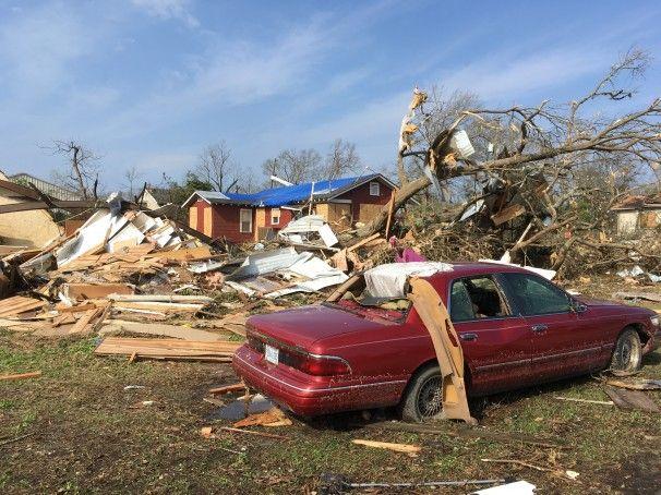 Setidaknya 18 orang tewas di Mississippi dan Georgia setelah badai kekerasan, beberapa tornado pemijahan, merobek seluruh Selatan pada hari Sabtu dan Minggu. putaran badai merusak penggarukan di...